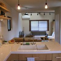 魅せる収納のタイル天板のL型キッチン