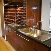 石天板のレトロシックなキッチン