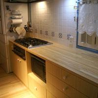 木製天板のカントリー風キッチン