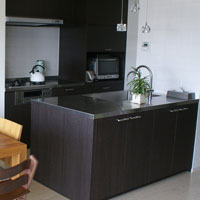 ステンレス天板のモダンなⅡ型キッチン