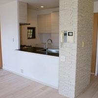 スタイリッシュなタイル天板のキッチン