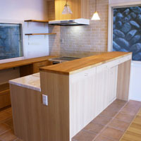 使い勝手のよいU型配置のキッチン
